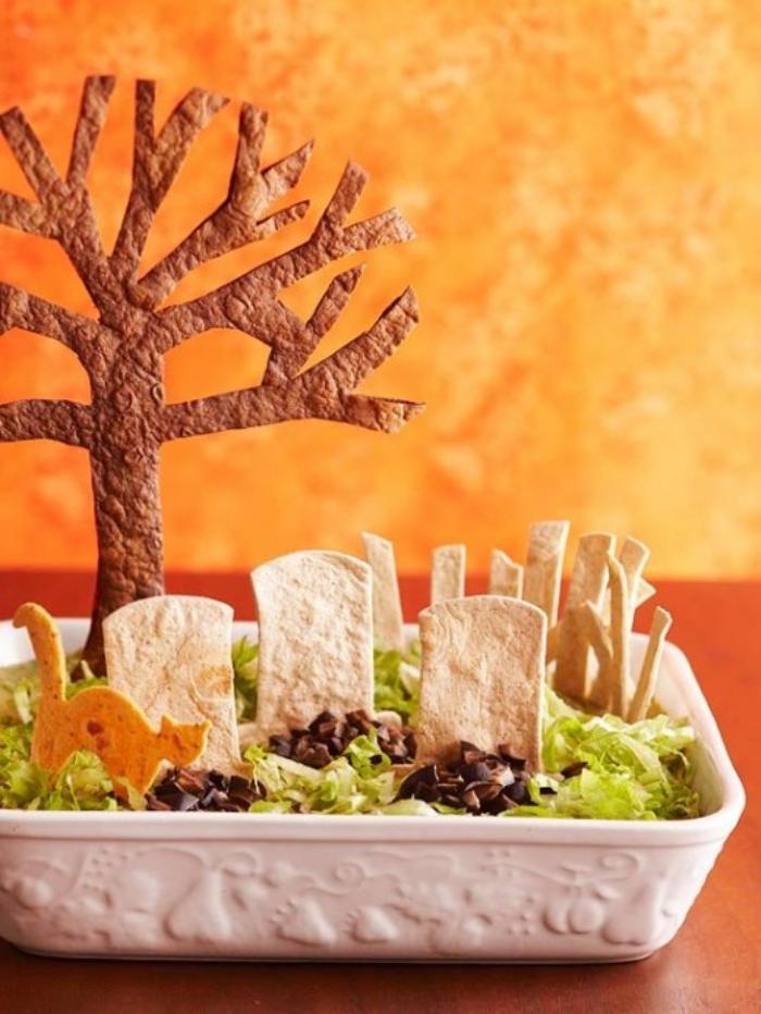 présentation originale d'une trempette étagée mexicaine façon cimetière avec chips tortillas comme pierres tombales