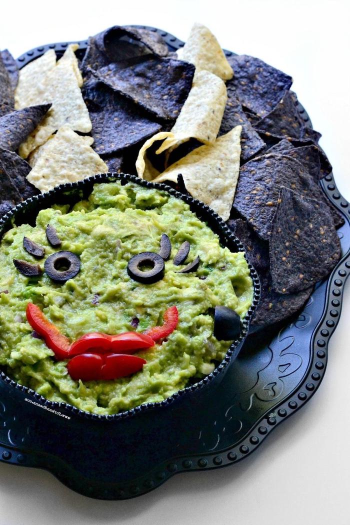 guacamole d'halloween décoré comme la fiancée de frankenstein, recette d'halloween effrayante de guacamole monstrueux