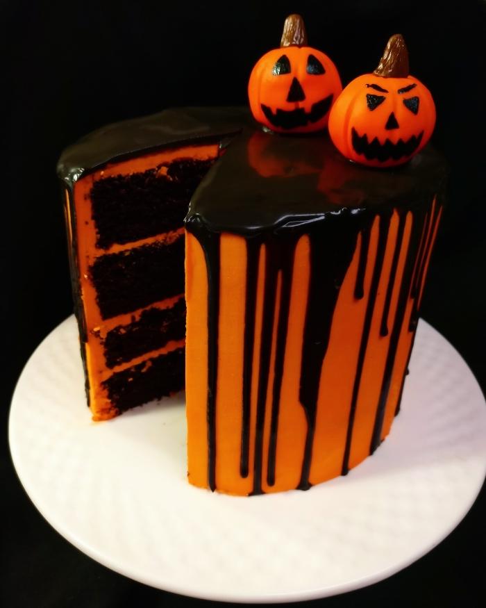 déco de gâteau halloween facile avec nappage orange et glaçage chocolat noir, comment faire des citrouilles en fondant effrayantes
