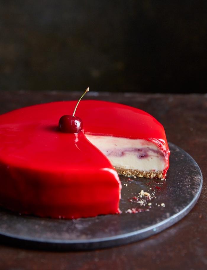 recette de cheesecake original au glacage miroir teinté rouge pour une belle finition brillante