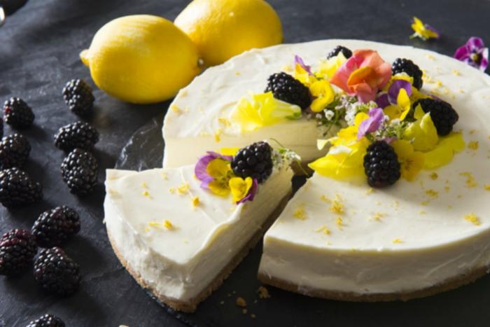 recette de cheesecake citron sans cuisson fondant et onctueux, avec une jolie décoration florale et mûres fraîches