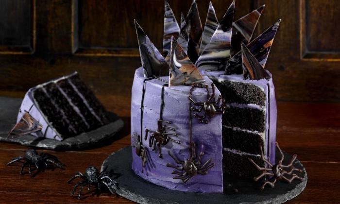 modèle de gâteau d halloween original en biscuits oréo et crème au beurre avec décoration à design morceau de chocolat marbré et figurines araignées en chocolat