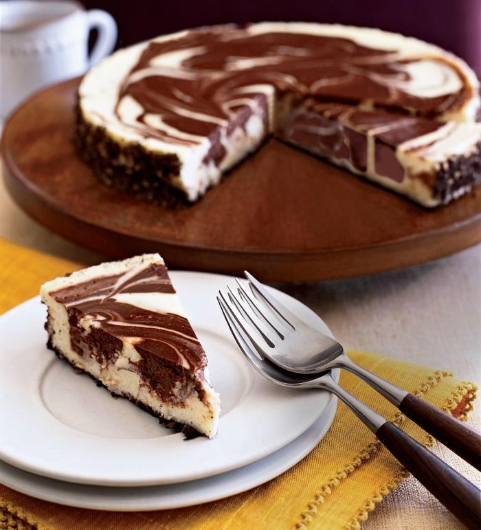 idée de gâteau marbré au fromage frais sans, cheesecake américain au fromage frais et chocolat avec une base de croûte de biscuits