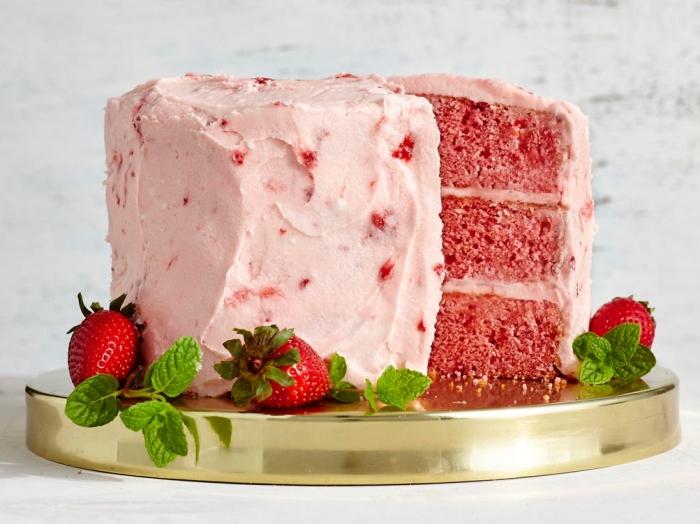 gâteau aux fraises traditionnel au glacage fraises avex des morceaux de fruits