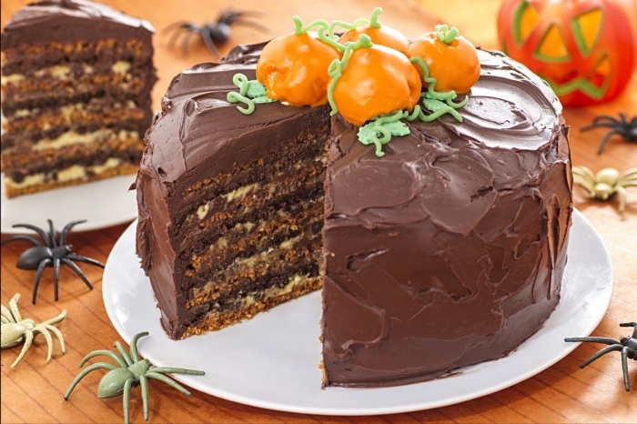 gâteau rond au chocolat avec noix et caramel, idée repas halloween ou dessert au chocolat, déco dessert pour Halloween
