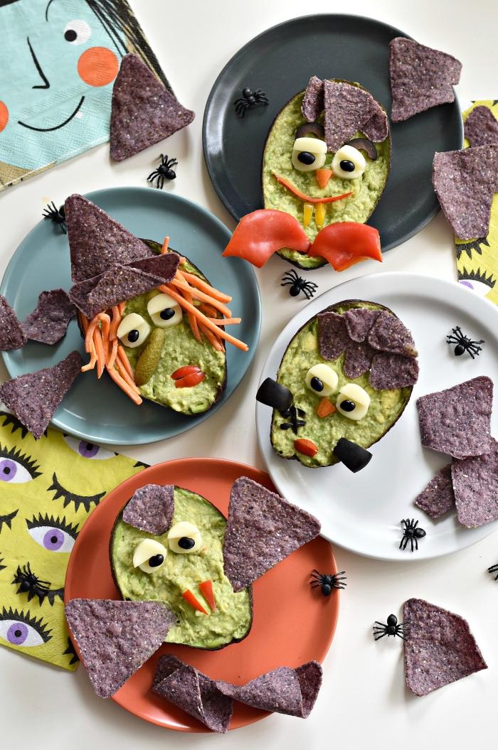 recette de guacamole effrayant servi dans des bols de demi-avocats décorés comme les personnages d'halloween, recette d'halloween effrayante pour enfants et grands