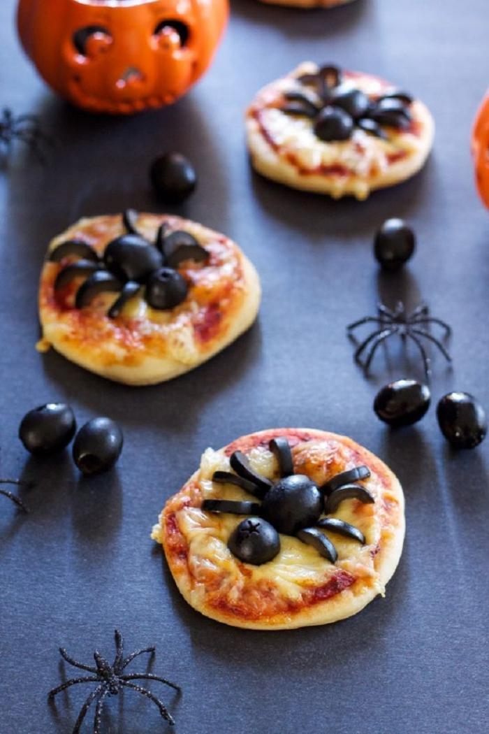 des mini-pizzas tomate et mozzarelle spécial halloween avec des araignées dessous faites à l'aide des olives