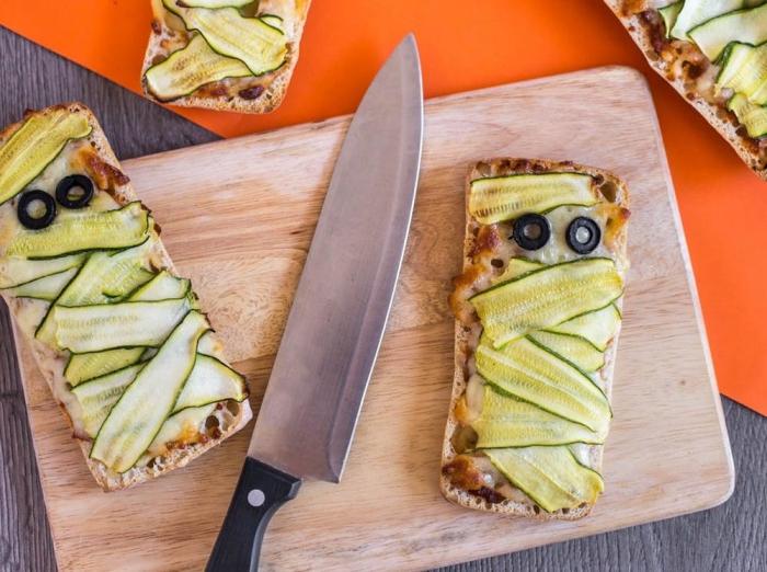 recette d'halloween effrayante pour un apéro original, pains ciabatta façon pizza à la tomate et courgette imitant une momie