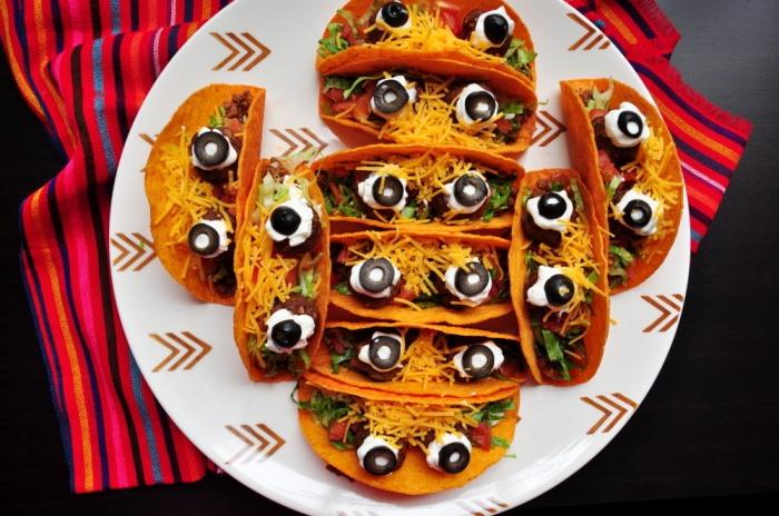 idée originale pour un apero dinatoire halloween, des tacos mexicains végétariens avec des yeux de monstre