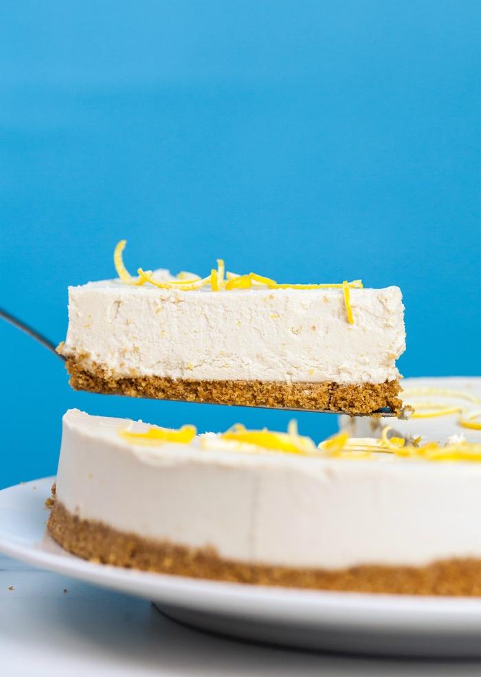 recette vegan de gâteau fondant à la crème de noix de coco, délicieux cheesecake citron sans cuisson avec une base sablée de biscuits et d'huile de coco, à la crème de noix de coco et citron