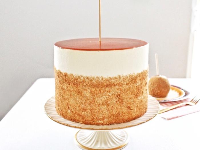 recette de gâteau d'automne aux pommes et au caramel, recouvert de glacage caramel beurre salé