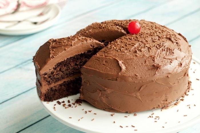 recette vegan sans gluten de gâteau au chocolat, recette de glacage chocolat crémeuse à base de beurre de noix de coco et chocolat noir vegan