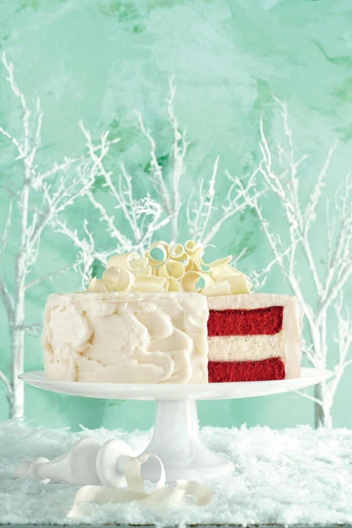 décoration thématique originale d'un gâteau red velvet d'hiver, recouvert de glacage gateau aui fromage frais