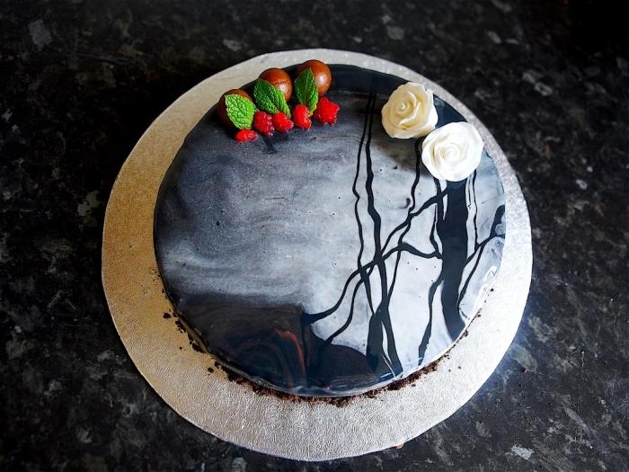 recréer un paysage nocturne effrayant sur la surface d'un gâteau halloween facile, modèle gâteau au chocolat avec glaçage marbre