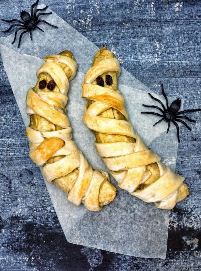 recette de bananes au four façon momies d'halloween, enrobées de pâte feuilletée avec des raisins comme yeux