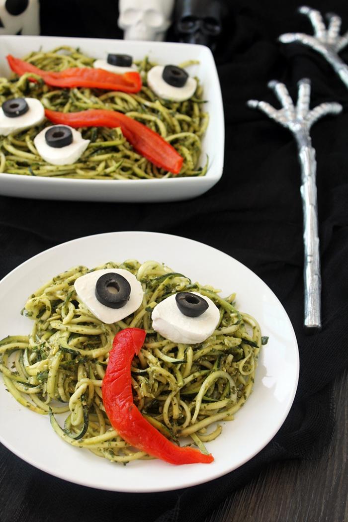 monstres d'halloween en pâtes au pesto vert, avec des morceaux de mozzarella et des rondelles d'olives qui forment les yeux