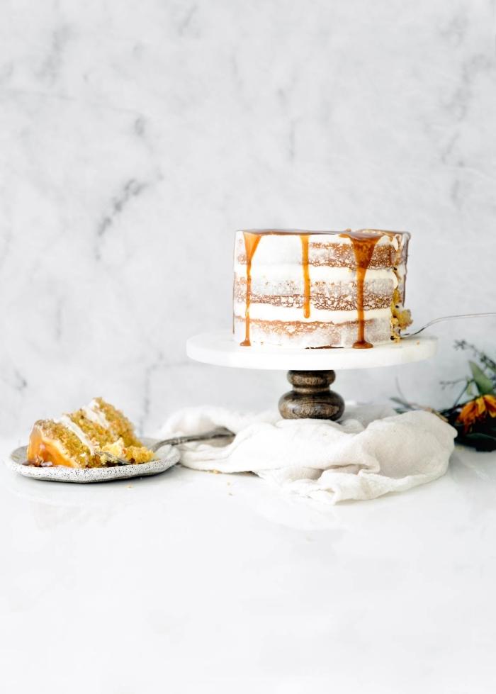 quel nappage pour un gâteau aux carottes traditionnel, recette de gâteau aux carottes à trois étages recouvert de glacage caramel et fromage frais
