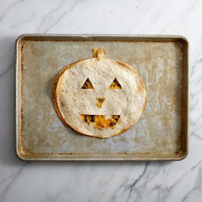 recette halloween plat principal de quesadilla mexicain réalisé avec des pains tortillas découpés en forme de citrouille