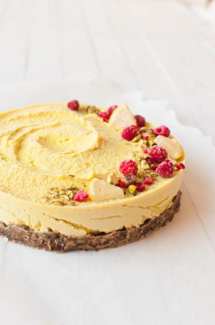 recettes healthy de cheesecake américain, recette cheesecake citron sans cuisson, avec une base faite de dattes et de noix de coco