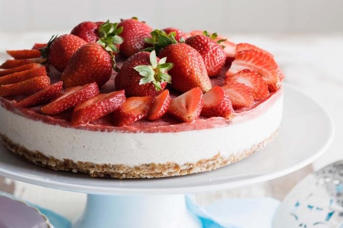 recette de gâteau vegan sans gluten ni lactose façon cheesecake sans cuisson aux fraises, avec une base de noix de cajou et d'huile de coco
