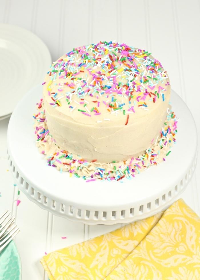 recette vegan et sans gluten de gâteau funfetti cake au nappage gateau de crème avec des pépites colorées