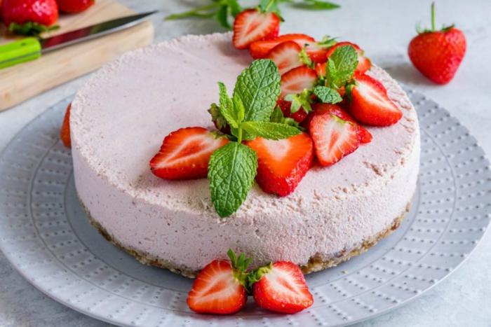 recettes healthy et vegan de cheesecake rapide sans cuisson, recette de cheesecake aux fraises sans lactose