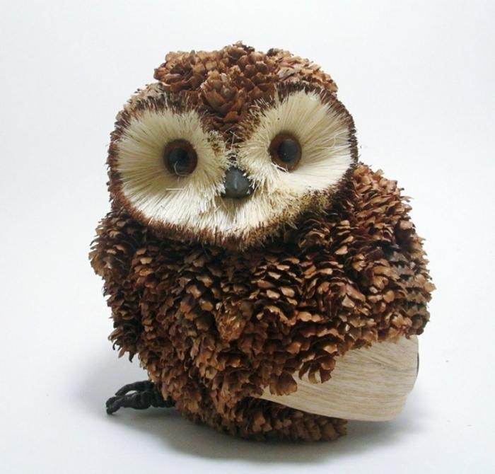 faire une figurine animalière en matériaux naturels, modèle de hibou en pomme de pin, idée creation avec des pommes de pin
