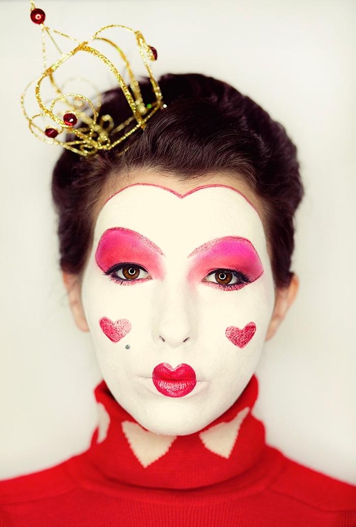 maquillage exagéré reine de coeur du film alice au pays des merveilles avec un teint laiteux, bouche en forme de coeur et des sourcils redessinés hauts