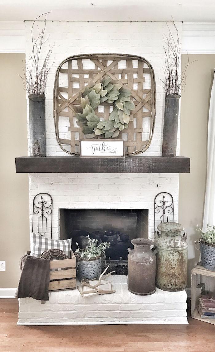 habillage cheminée ancienne en briques blanches avec objets déco vintage, pots en métal, caisse en bois