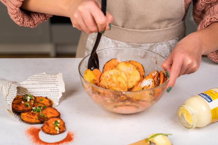 remuer pour repartir les épices sur les lamelles de pommes de terre et patates douce, tuto chips au four, amuse bouche rapide pour apero