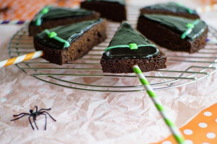 recette de brownie au glaçage de chocolat noir coupé en triangles imitant le chapeau d'une sorcière pour un dessert d'halloween délicieusement effrayant