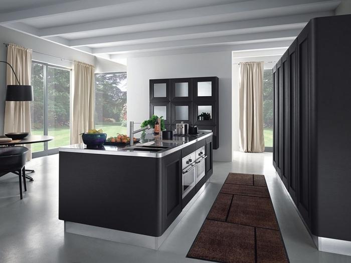 design d'une petite cuisine avec ilot central ouverte vers le séjour en couleurs neutres et finitions en inox