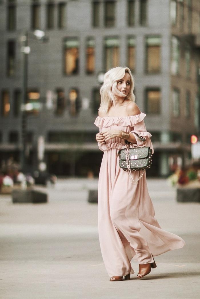 invitée de mariage en robe longue rose poudré, tenue de mariage romantique