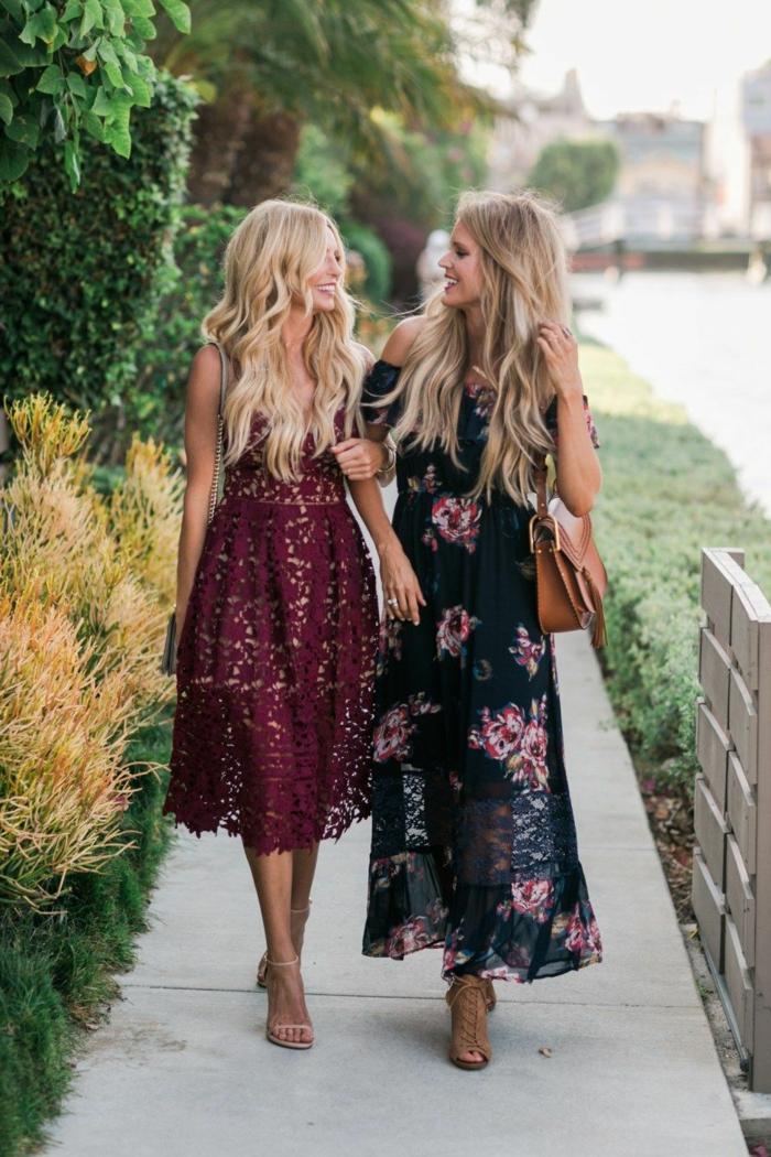 deux invitées de mariage d'automne, robe midi-longue couleur bordeaux en dentelle, robe noire florale, sac épaule en cuir