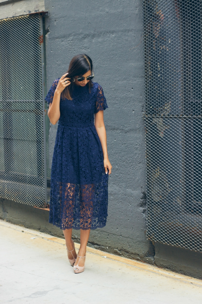 robe bleue en dentelle, manches, col montant, robe midi-longue pour invitée de mariage