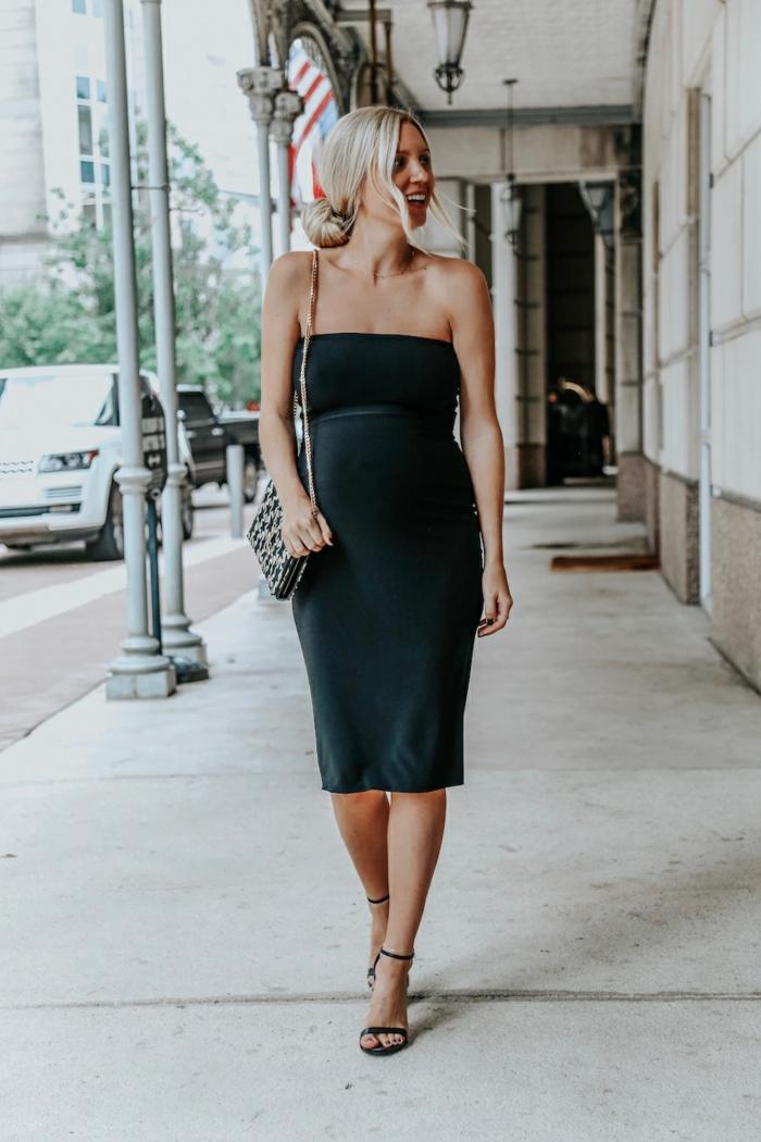 robe mi-longue noire, sac bandoulière aux imprimés animaux, chignon bas flou