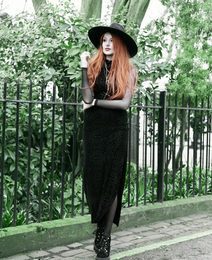 exemple de deguisement sorciere avec une robe noire avec des manches transparentes, bottes noires, coloration rousse cheveux, sorciere gothique