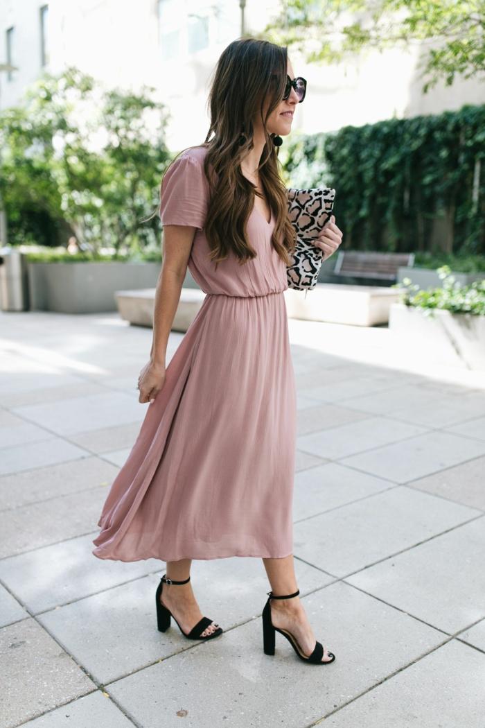 sandales noires, robe longue rose poudré, tenue pour assister à un mariage