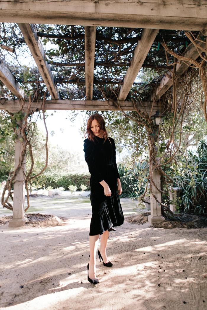 escarpins noirs, robe longue noire, tenue champetre pour un mariage à la campagne