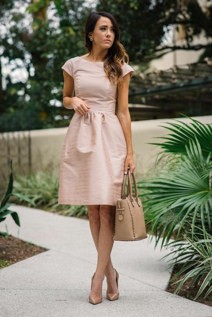 robe rose poudré mariage, sac couleur capuccino, robe taille ajustée, manches courtes