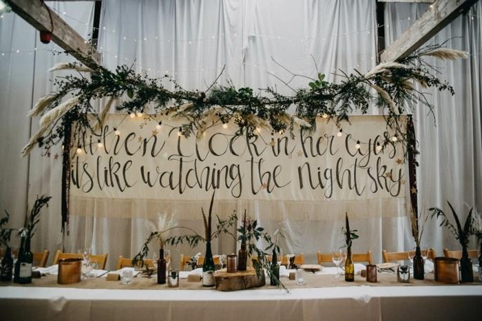 décoration mariage champêtre chic, grande enseigne avec script inspirant, table de mariage élégante