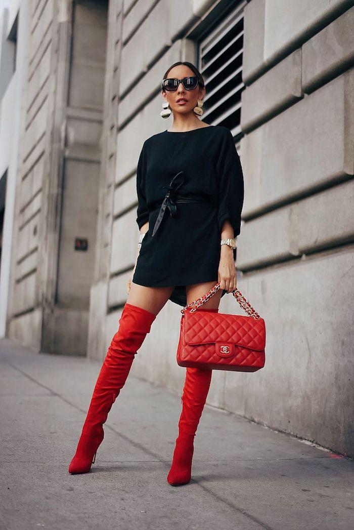 Comment porter les cuissardes rouges sans faire vulgaire, tenue avec cuissardes et sac à main rouges, robe noire courte avec manche mi longue