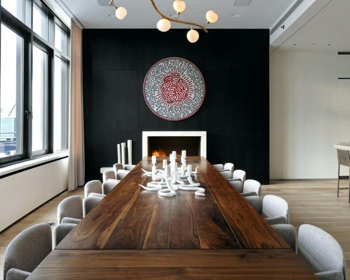grande table en bois, chaises confortables, déco murale cheminée et mandala, peinture mur noire