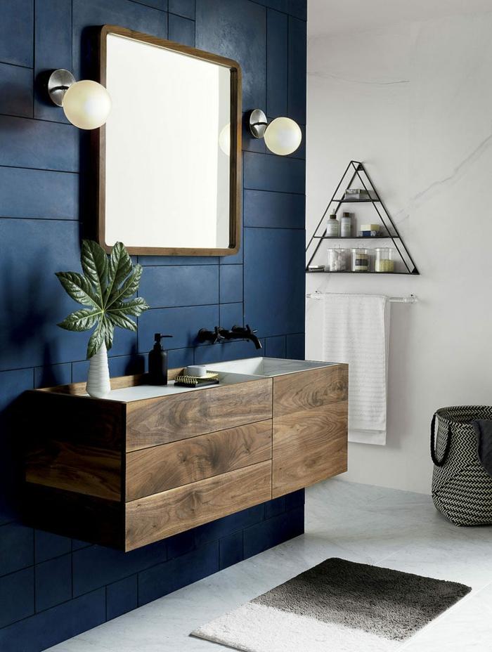 quel mur peindre en couleur, salle de bains en bleu et blanc, miroir encadré, étagère triangulaire, meuble en bois