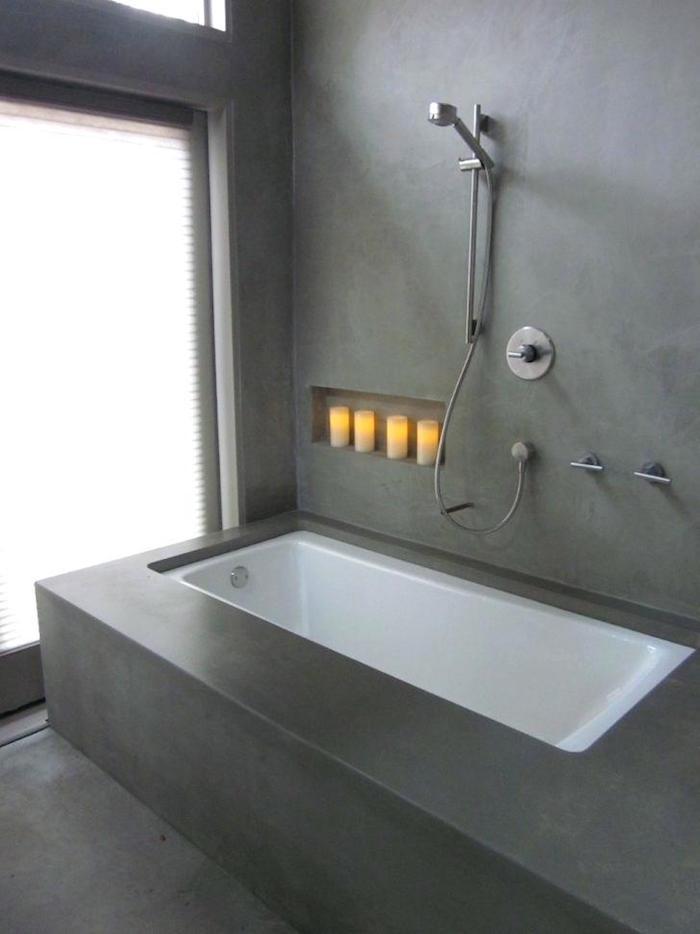 sdb sans carrelage tout en béton ciré avec revetement et cadre baignoire en ciment gris