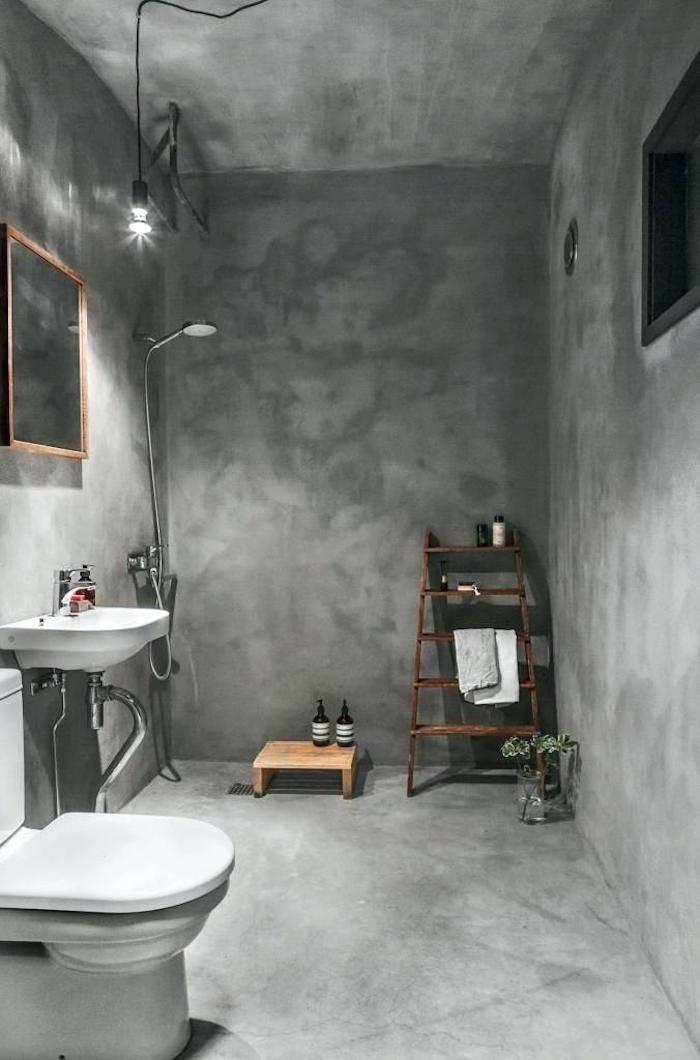 salle e bain avec revetement total ciment gris béton ciré sol mur et plafond avec douche italienne sans carrelage