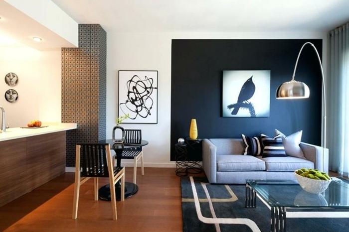 cuisine et salle de séjour, quel mur peindre en foncé pour agrandir une pièce, tapis bleu, lampadaire chromé, décorer un grand pan de mur