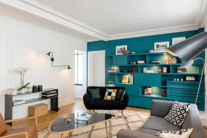 decoration salon peinture bleue, tapis marocain, sofa gris, table de salon asymétrique, étagère murale bleue, grande lampe de sol