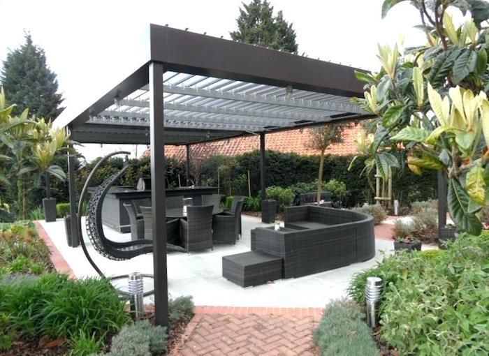 cuisine et salon de jardin d'extérieur moderne gris anthracite avec bar et pergola design