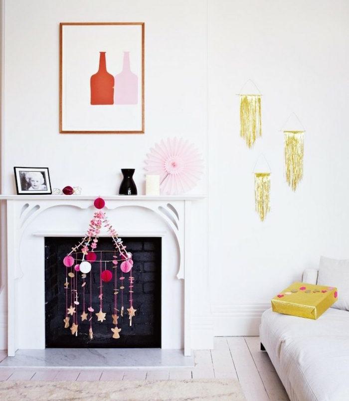 déco de salon minimaliste sur mur blanc avec macramé jaune suspendu, cheminée blanche à foyer en briques noires